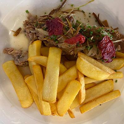 Restauration sur place le midi et le soir Briare Terrasse et salle plat de viande et frite